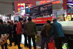 A large, 320 cm-wide UV printer attracts attention